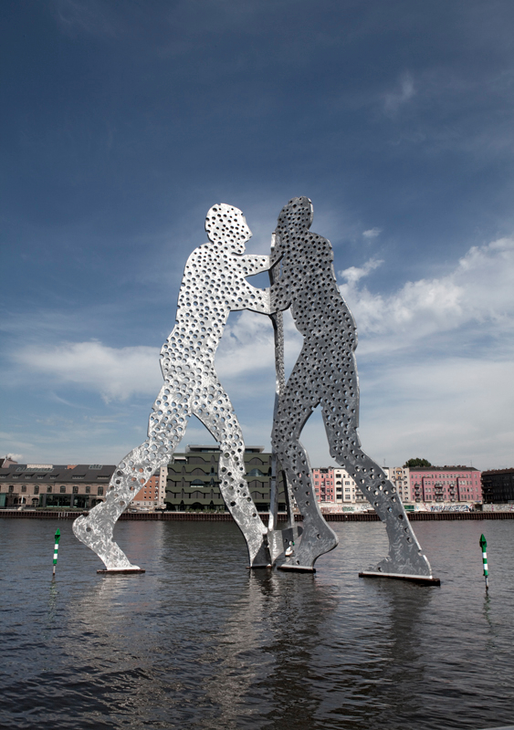 101-sculpture-by-jonathan-borofski-the-molecule-man-middle-of-river-spree